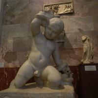 Зал античной декоративной скульптуры. Младенец Геракл, удушающий змей.