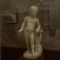 Зал античной декоративной скульптуры. Ребёнок с лирой.
