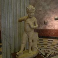 Зал античной декоративной скульптуры. Ребёнок, играющий с птицей.