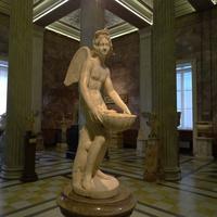 Зал античной декоративной скульптуры. Эрот с раковиной.