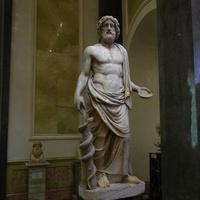 Зал Афины. Статуя Асклепия - бога здоровья.