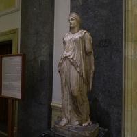 Зал Афины. Статуя богини Деметры.