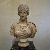 Зал Афины. Бюст Ники - богини победы.