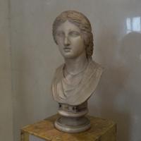 Зал Геракла. Голова Артемиды - богини охоты.