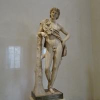 Зал Геракла. Статуя отдыхающего сатира.