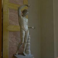 Зал Геракла. Статуя сатира, наливающего вино.