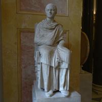 Зал Геракла. Статуя сидящего философа.