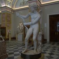 Зал Геракла. Статуя Эрота, натягивающего лук.