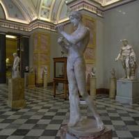 Зал Геракла. Статуя юноши, играющего на флейте.