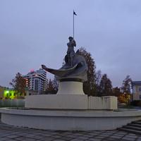 """Онежская набережная. Скульптура """"Рождение Петрозаводска""""."""