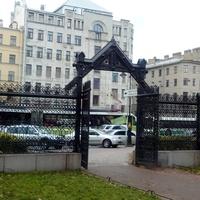 Ворота в садике  при особняке Ф. К. Сан-Галли
