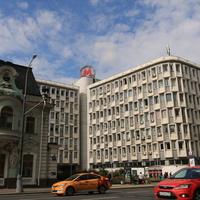 Городская усадьба Н. В. Кузнецовой (слева), Управление Московского метрополитена (справа)