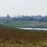 Церковь вдали на горянке в центре Скородного.