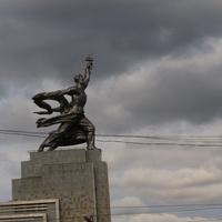 Скульптура Рабосий и Колхозница перед ВДНХ