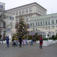 На площади у м. Третьяковская по Б. Ордынке между рестораном Макдоналдс и салоном МТС