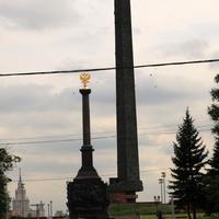 Стелла с изображением ключевых фигур отечественной военной истории различных периодов