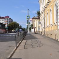 Улица Горького. Слева дом Жеребцова, справа лицей им. Булгакова С.Н.