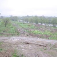 Полуразрушенная линия Долинск - Стародубское вблизи моста через реку Найба. Вид с насыпи перегона Долинск - Советское в южном направлении.