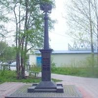 Памятный знак, установленный в 2003 году «в честь начала переустройства Сахалинской железной дороги на общероссийскую колею» вблизи вокзала на станции Южно-Сахалинск. 14.06.2006