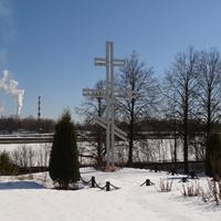 Крест на территории Храма Архангела Михаила