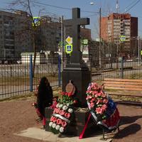 Памятный крест на территории церкви Казанской Иконы Божией Матери