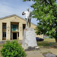 Памятник Ленину у сельского клуба