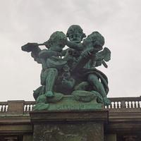 Скульптура на стене сада Королевского дворца