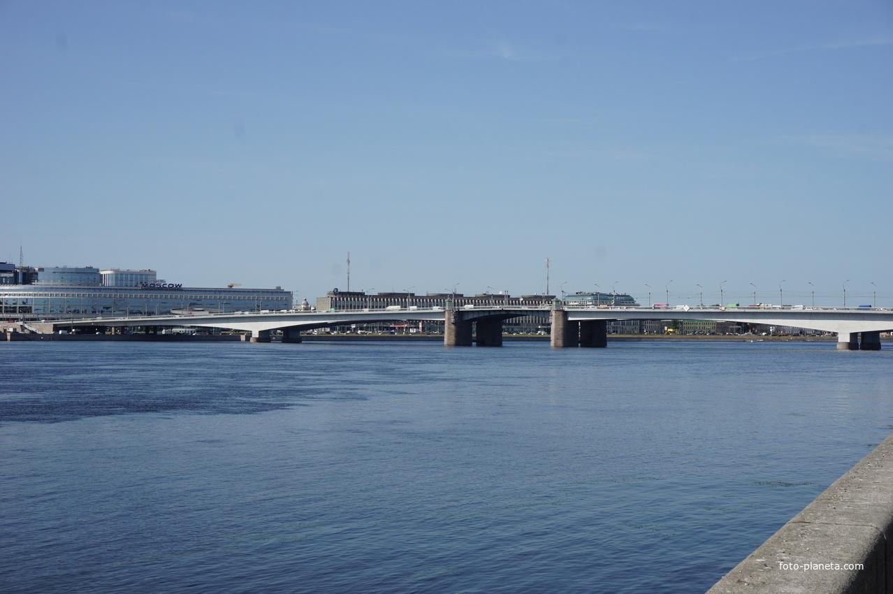 Левый берег реки Невы.