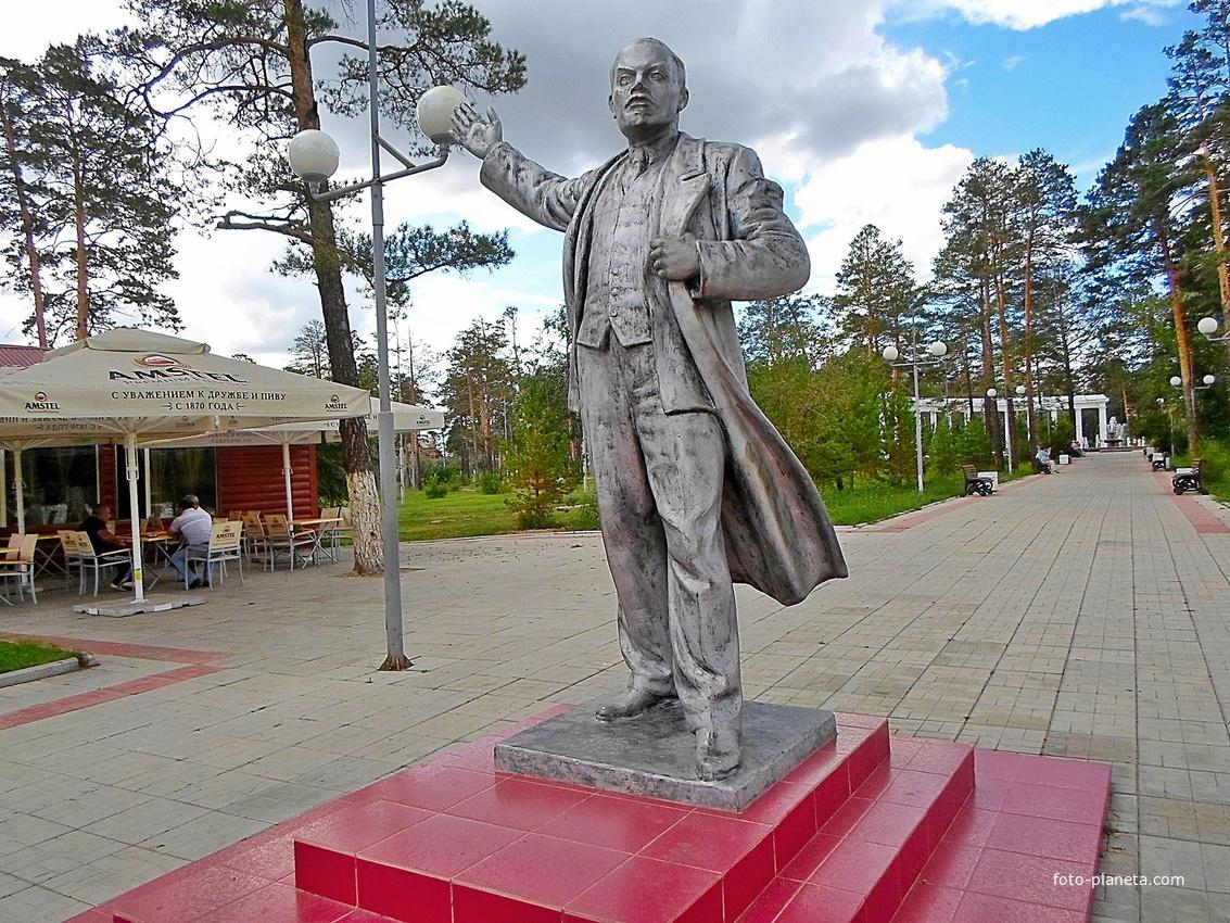 Памятник Ленину в парке имени Орешкова