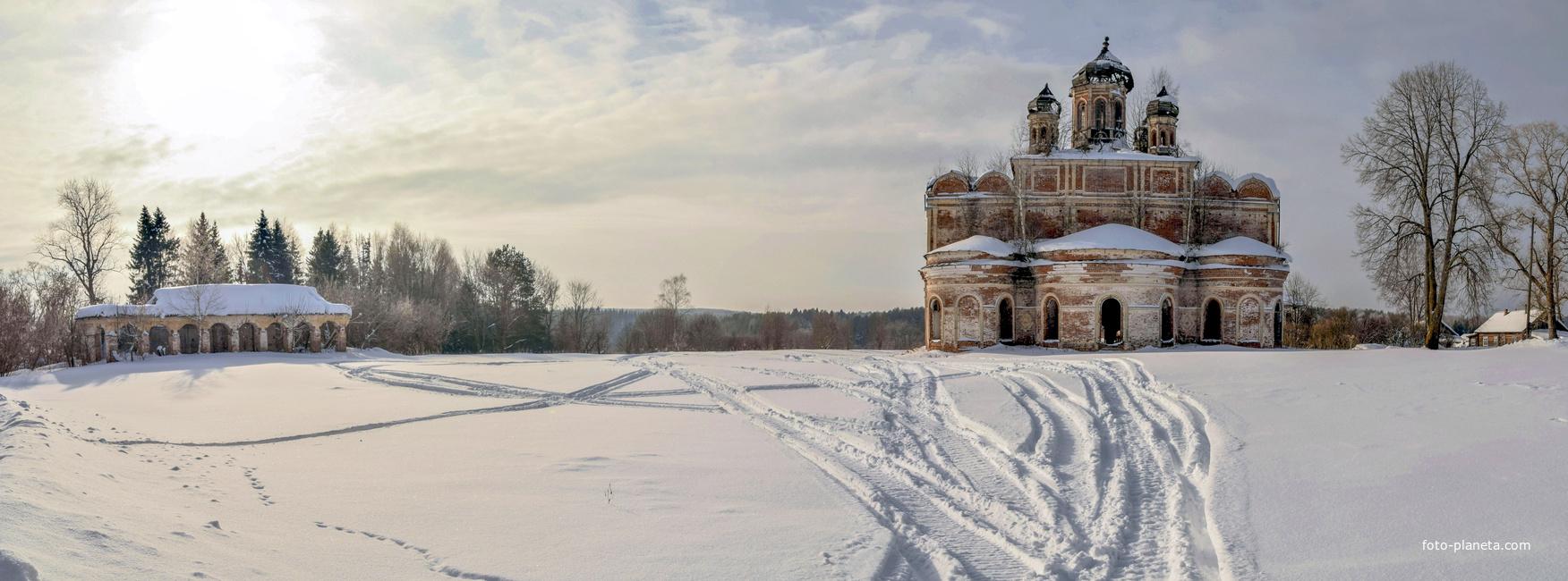 Воскресенская церковь и бывшие торговые ряды в  с. Кырмыж Куменского района