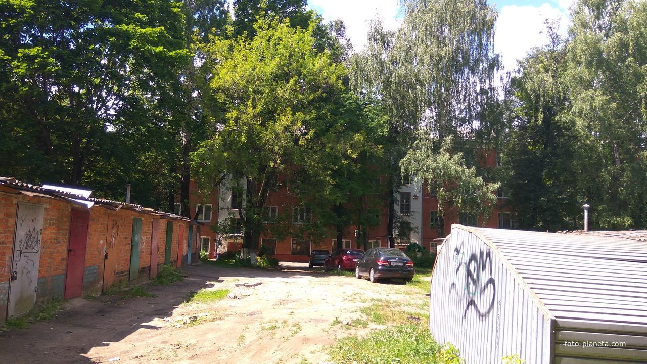 Во дворе, Большая Серпуховская улица
