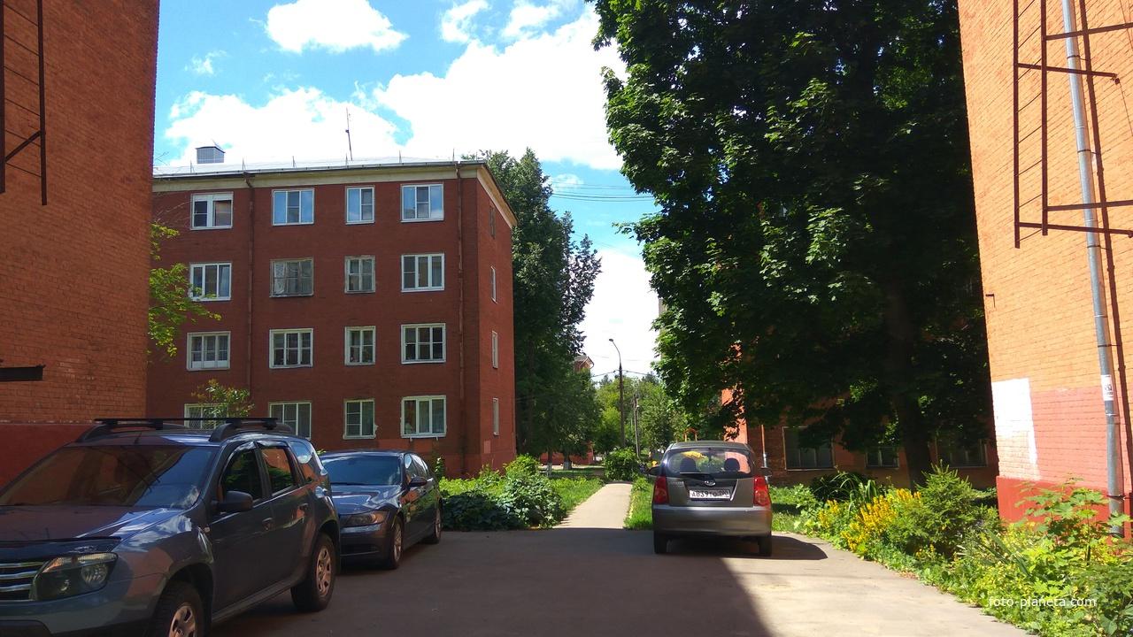 Во дворе, Большая Литейная улица