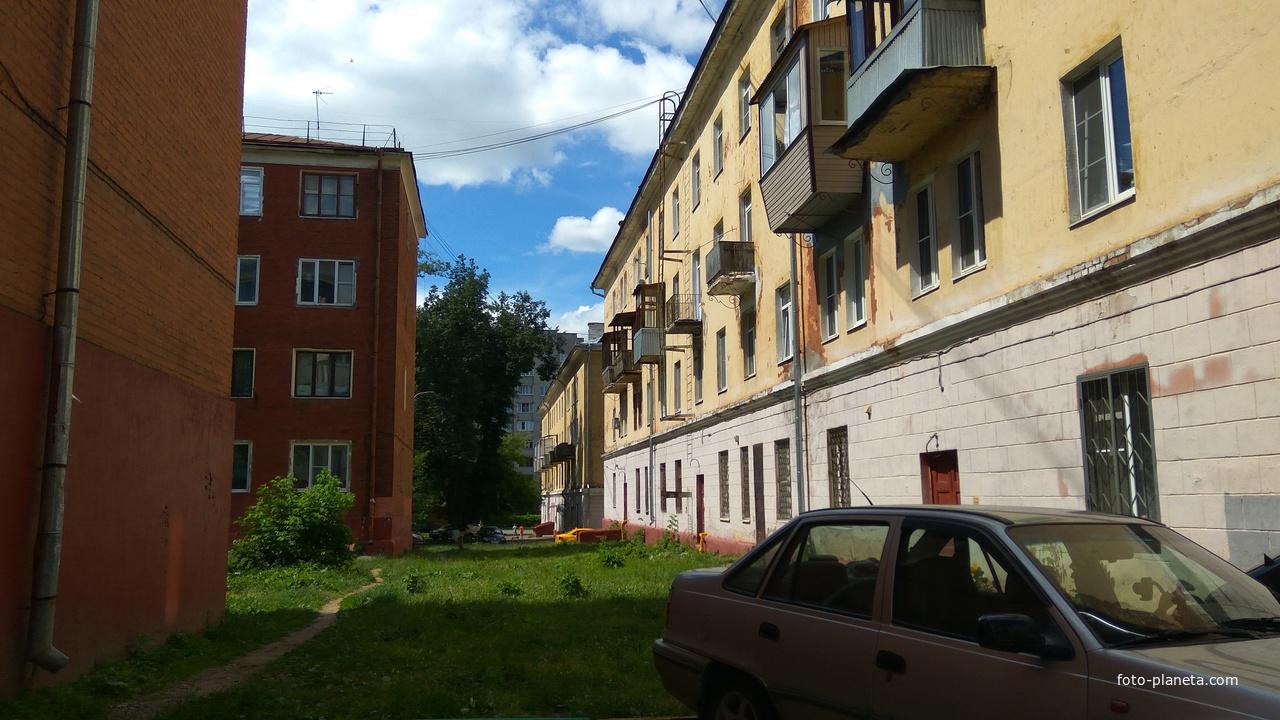 Во дворе, Чистова улица