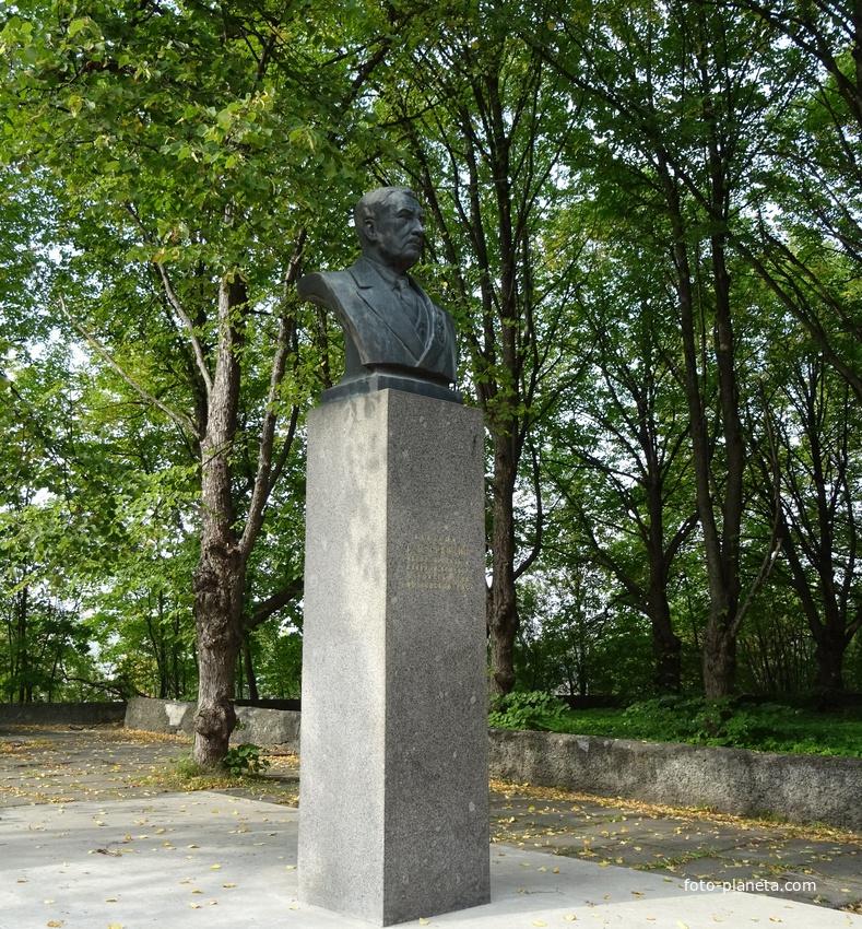 Бюст Академику Г. О. Графтио, другой ракурс