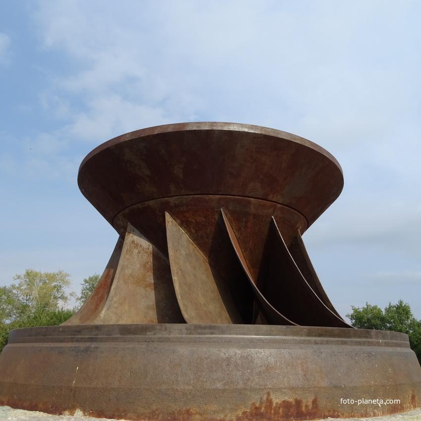 памятник: рабочее колесо одного из первых гидроагрегатов