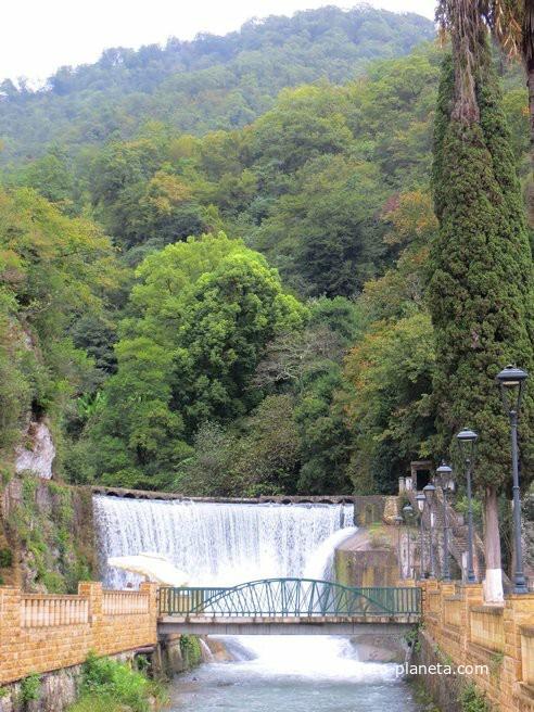 Искусственный Новоафонский водопад