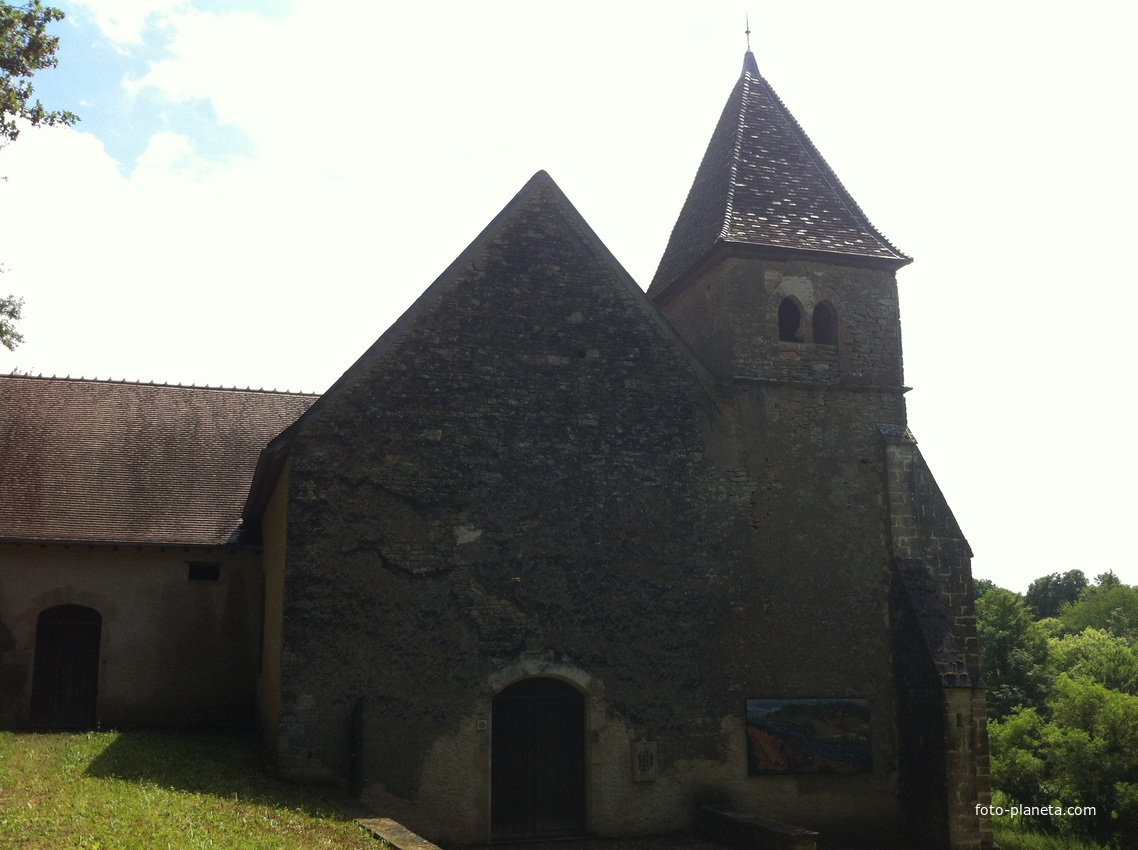 Церковь Корбелин напротив одноименного замка  Служба не ведётся. Принадлежит культурной ассоциации деревни Ля Шапель Сант-Андрэ. Летом служит авставочным залом.