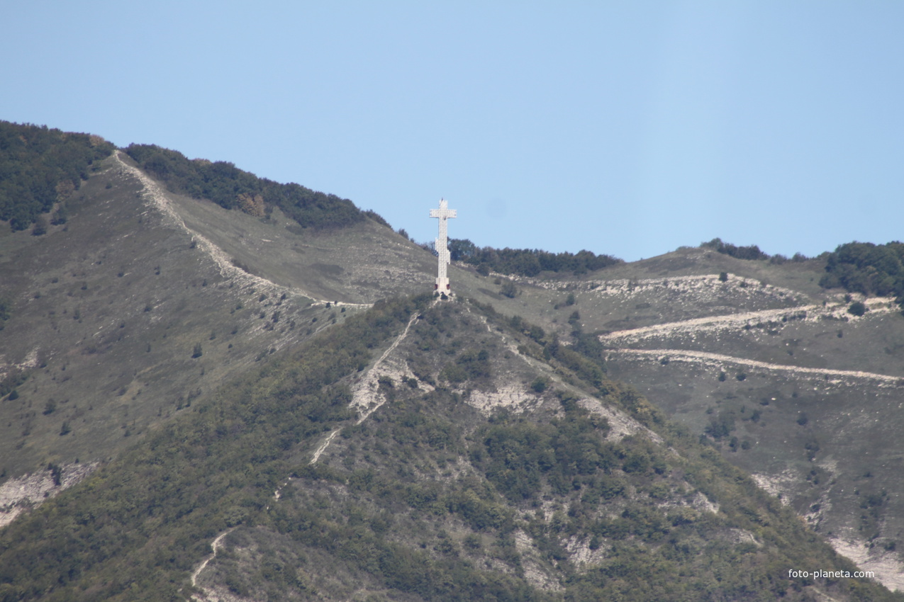 Крест-часовня на горе.