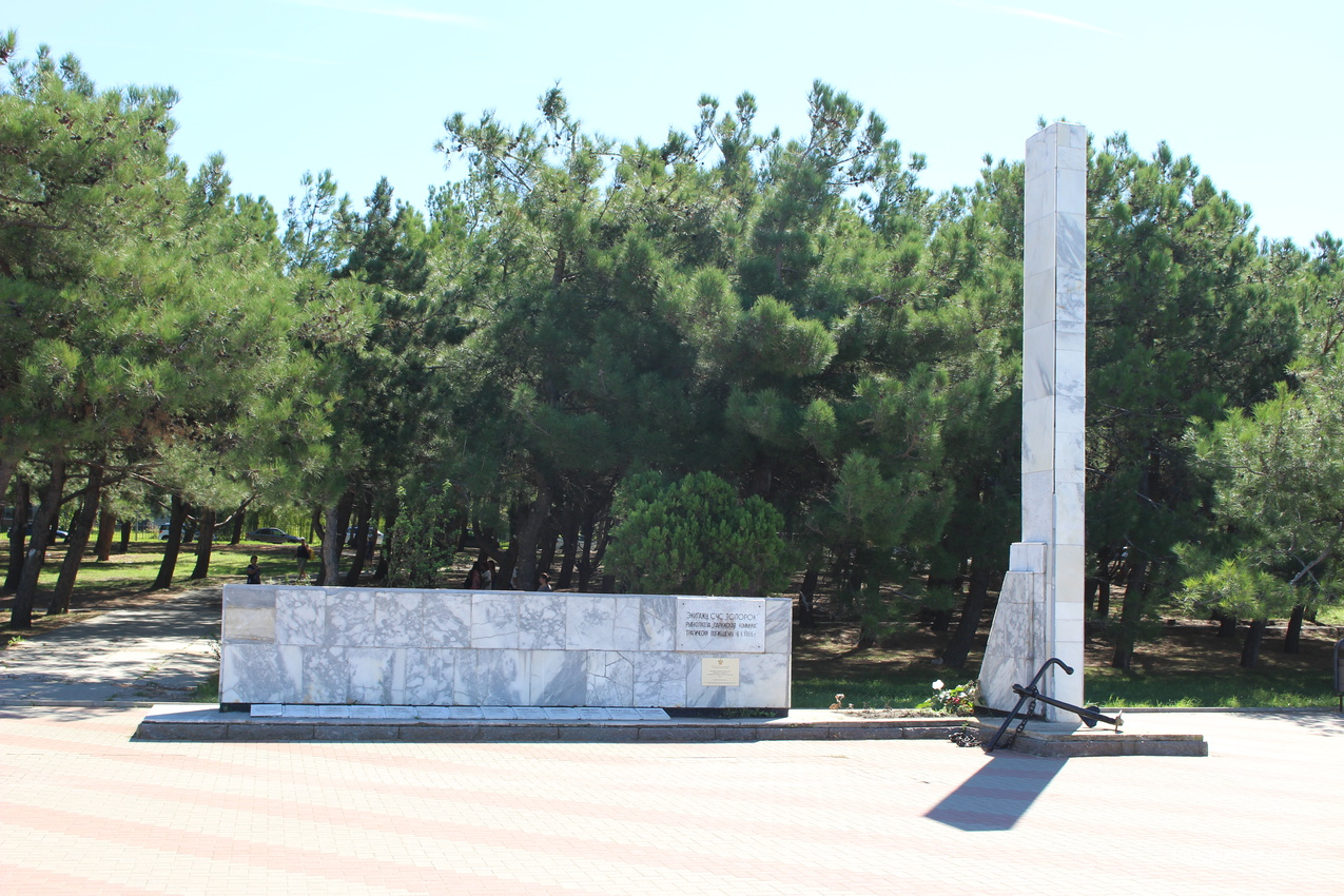 "Памятник рыбакам ""Топорка"", погибшим в шторм."