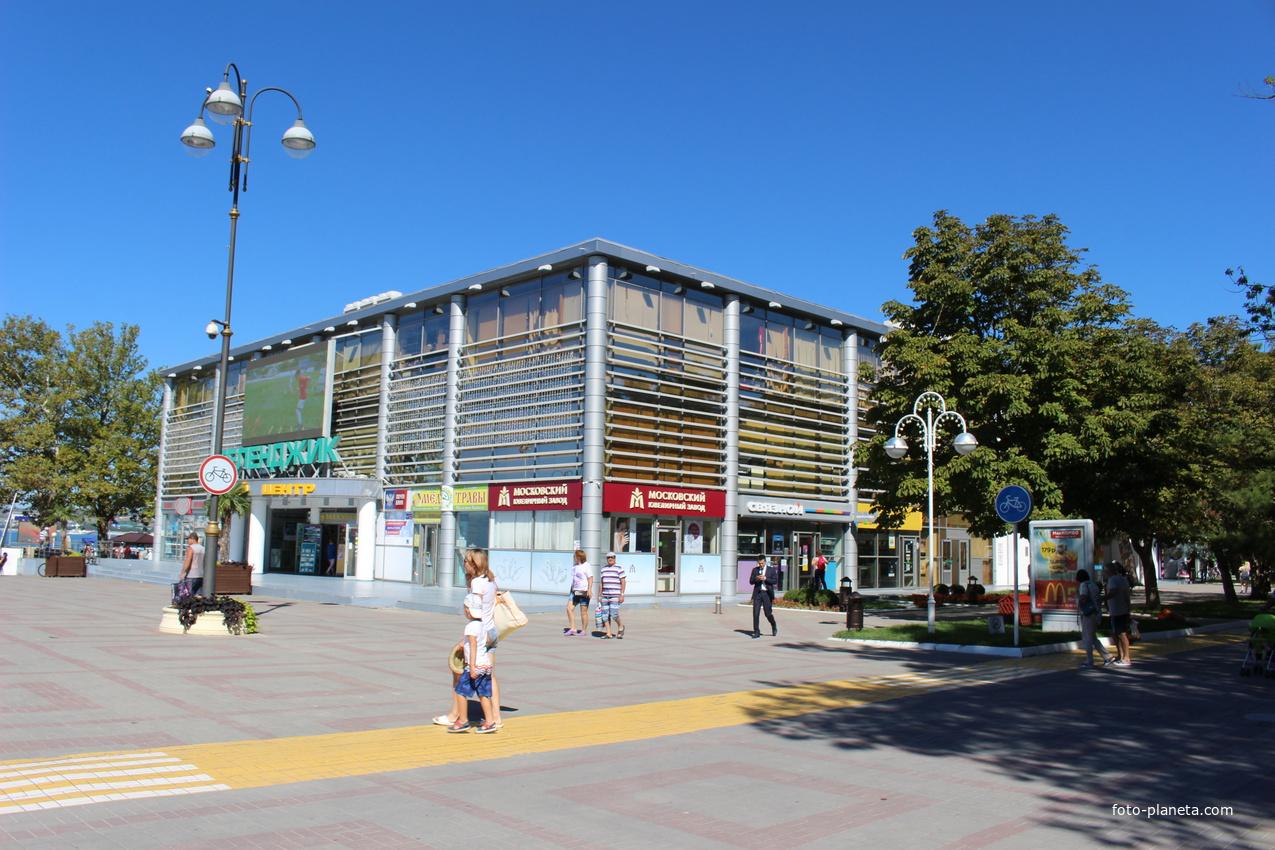 На центральной площади города.
