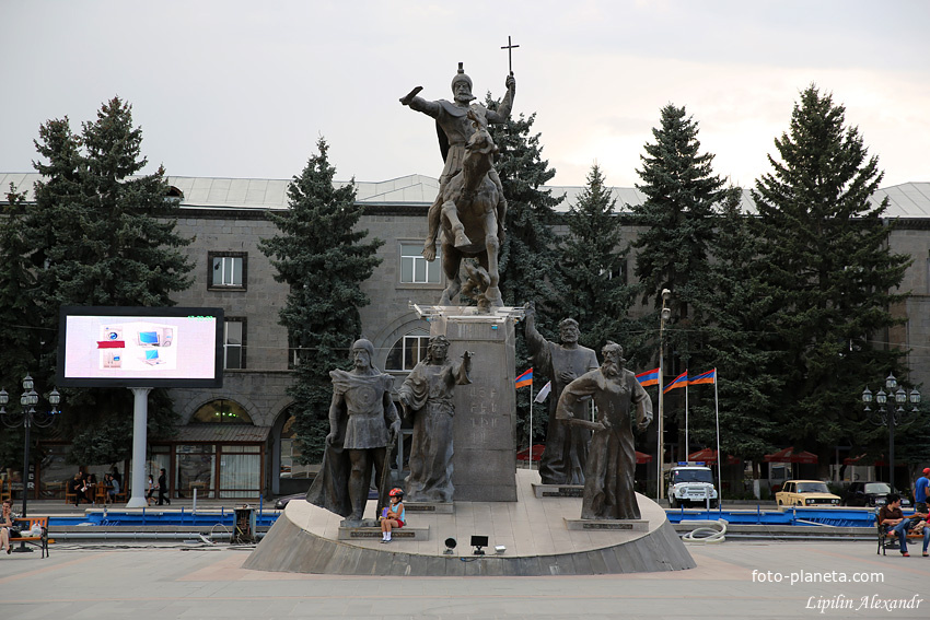 Памятник на центральной площади Гюмри