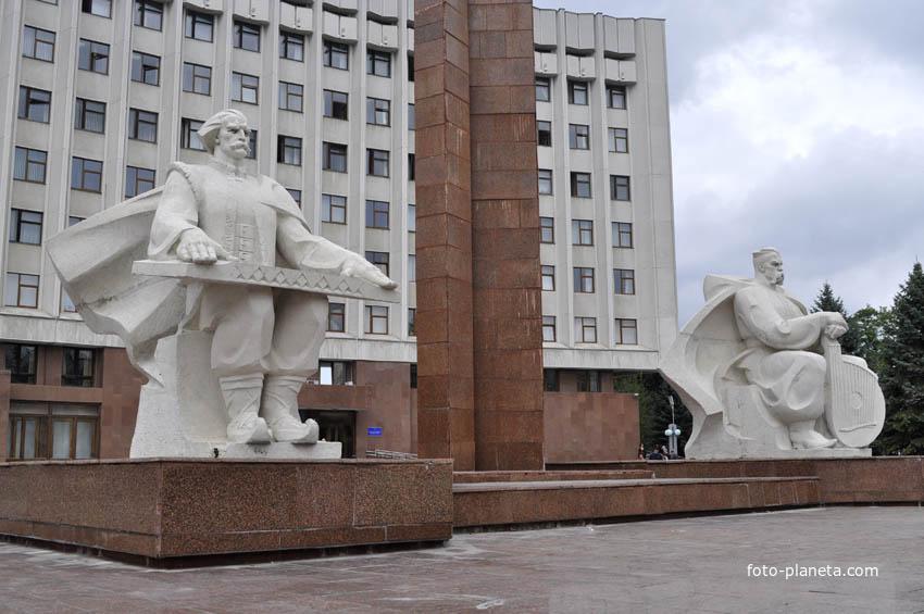 Памятник перед зданием администрации