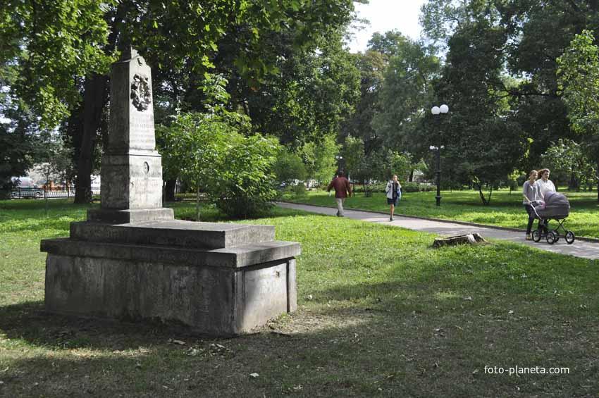 Памятник в парке
