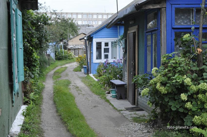 Проулок между домами к центру города