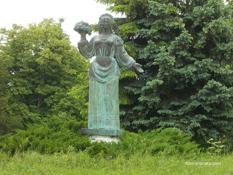 Скульптура с яблоками (сомволом села)