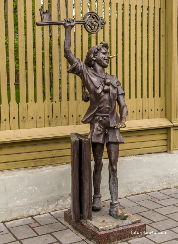 Скульптура Буратино