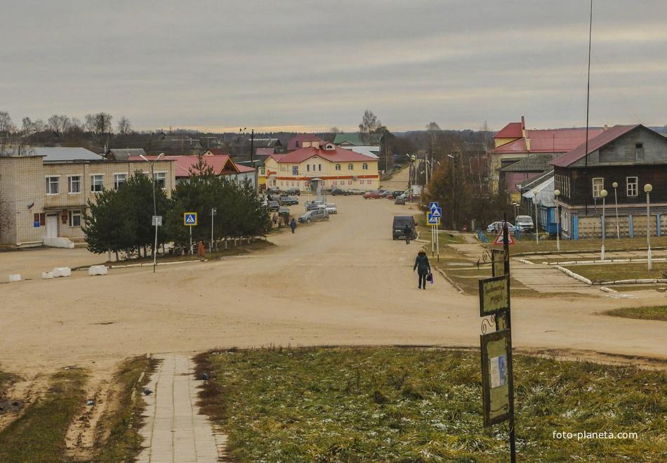 Вид на главную торговую улицу посёлка Кесова Гора