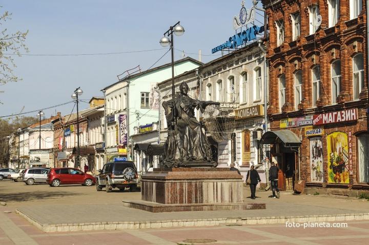 Памятник Екатерине II посреди улицы Ванчакова Линия
