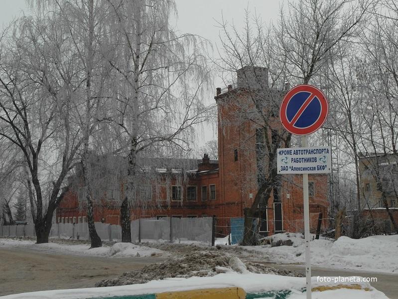 Заводское здание на территории бумажно-картонной фабрики
