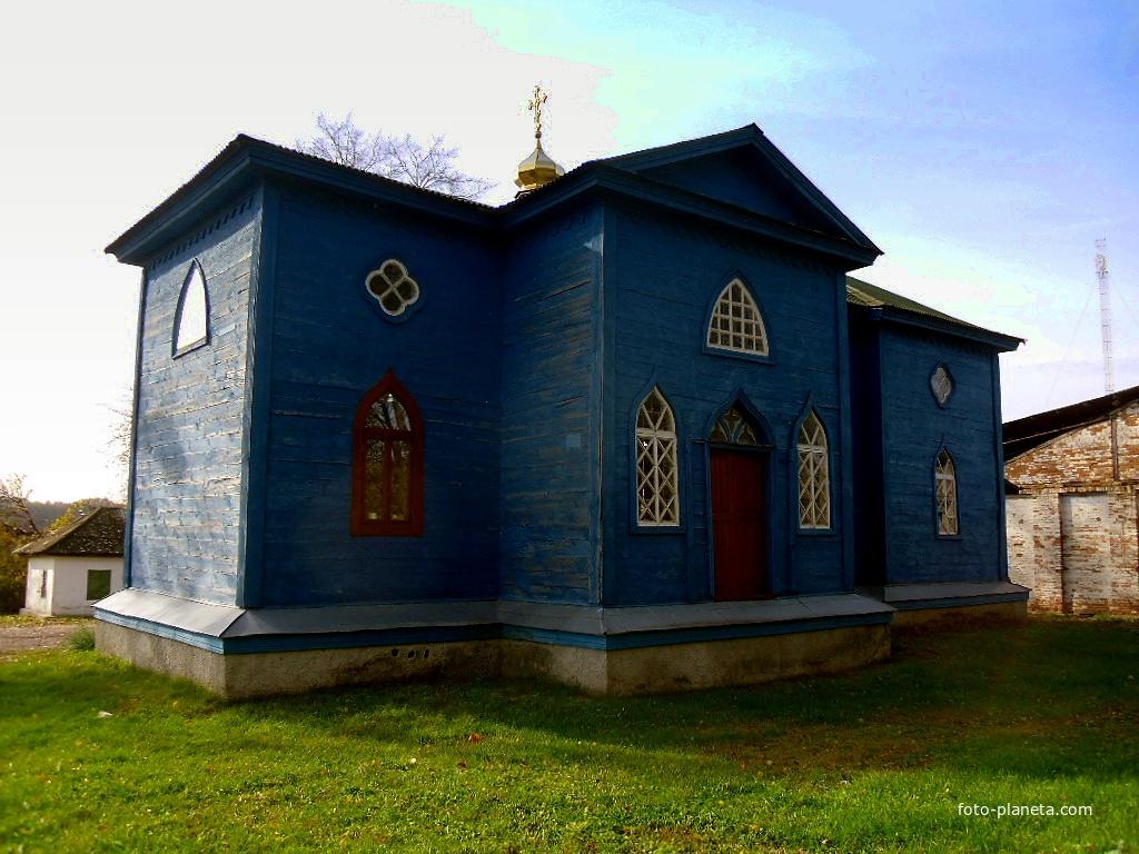 Дерев'яна Михайлівська церква  побудована в 1737 році.